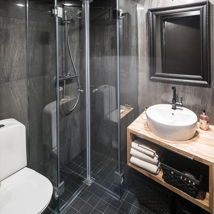 Arctic-Treehouse-Hotel-Suite-Bathroom